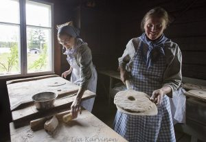 3620 – At Korteniemi  (Tilan emäntä Outileena Uotila ruisleivän teossa)