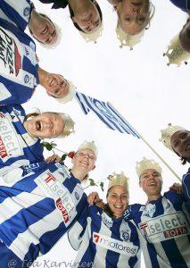 1036 – HJK:n pelaajat juhlivat Suomen mestaruutta v. 2005.