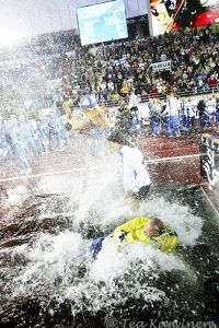 2389 – Suomi Ruotsi maaottelu - kapteeni Tommi Evilä päätyi vesialtaaseen v. 2006