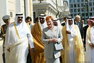 240 – Qatarin sheikki ja Suomen presidentti Halonen kesäkuussa 2002 Helsingissä.