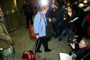 """294 – Pelastuneita lomalaisia saapui yöllä Helsinki-Vantaan lentokentälle Thaimaasta Tsunamin jälkeen (27.12.2004). Media oli """"kimpussa."""""""