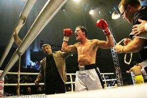 5386 – Helsingin kisahalli: nyrkkeilyottelu Amin Asikainen voitti Mexicon Luis Ramon Campaksen seitsemännessä erässä tyrmäyksellä v. 2008.