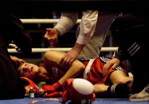 5740 – Helsingin Urheiluhallissa Saksan Marcel Schinske makaa maassa puolitajuttomana tyrmäyksen jälkeen, ottelun voitti Italian Domenico Valentino (v. 2007).