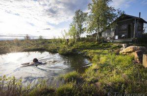 2099 – Kullankaivajan vapaahetki Lemmenjoen kansallispuistossa kesäkuussa 2019.