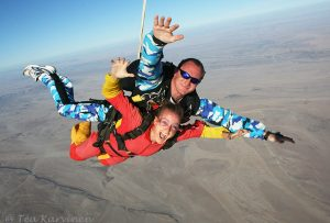 219 – Téa, me, doing tandem skydiving under the skies of Namibia
