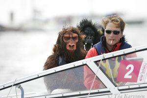 4246 – Hanko Poker Run moottorivene tapahtuma vuonna 2007. Formula-ajaja Kimi Räikkönen oli pukeutunut gorillaksi jottei kukaan tuntisi häntä.