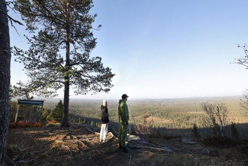 8711-8712 – Kirkonkallion näköalapaikka. Rajavyöhyke on vain parin km:n päässä. – Views toward Russia, which is only a couple of km away.
